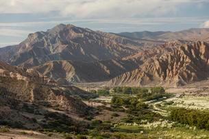 Green valley in bizarre barren mountain landscape, plateauの写真素材 [FYI02344063]