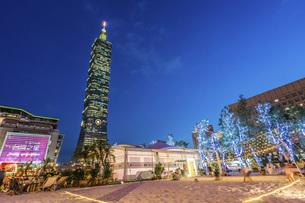 Taipei 101 building at the nightの写真素材 [FYI02344105]