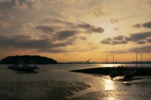 Sunrise in the Incheon; South Koreaの写真素材 [FYI02344109]