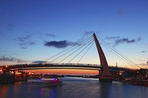 Self-anchored suspension bridge inTamsui Fisherman Wharfの写真素材 [FYI02344138]