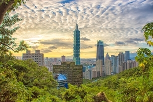 Overview of Taipei 101 buildingの写真素材 [FYI02344183]