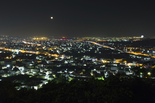 Overview of the Taichung City at the nightの写真素材 [FYI02344191]