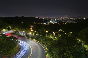 Traffic Light Trail of the Freeway at the night; Overview of the Cityの写真素材 [FYI02344195]