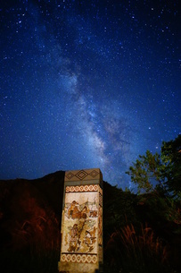 Starry night with monument about the original inhabitants storyの写真素材 [FYI02344202]