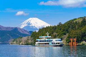 芦ノ湖を行く遊覧船と富士山の写真素材 [FYI02344225]