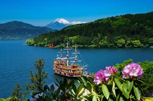 芦ノ湖を行く遊覧船と富士山の写真素材 [FYI02344306]