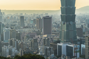 Overview of the Taipei City and Taipei 101 buildingの写真素材 [FYI02344395]