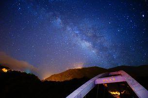 Baling Bridge with the starry night in Taoyuan Taiwanの写真素材 [FYI02344453]