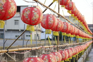 red lanterns on the bamboo frameの写真素材 [FYI02344475]