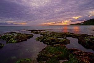 wide-angle view of the coast; sea and the cloudy skyの写真素材 [FYI02344514]