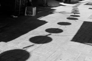 the shadow of row of lanternsの写真素材 [FYI02344677]