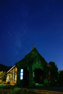 Church against starry skyの写真素材 [FYI02344732]