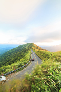 Overvire of the high way in the mountain hillの写真素材 [FYI02344797]
