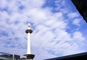 The Kyoto Tower with white cloud and blue skyの写真素材 [FYI02344974]