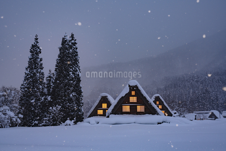 silent snowy village in the nightの写真素材 [FYI02345000]