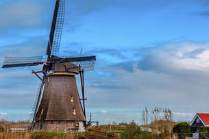 Windmill against the sky; Kinderdijk; Nederlandの写真素材 [FYI02345193]
