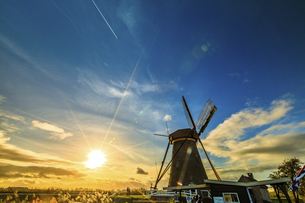 Windmill against the sky; Kinderdijk; Nederlandの写真素材 [FYI02345401]