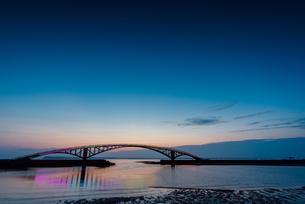 The arch bridge above the ocean; Penghu;Taiwanの写真素材 [FYI02345404]