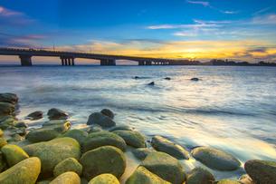 Coast Sunset and bridgeの写真素材 [FYI02345521]