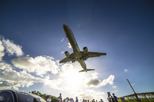low angle of airplane fly in the skyの写真素材 [FYI02345556]
