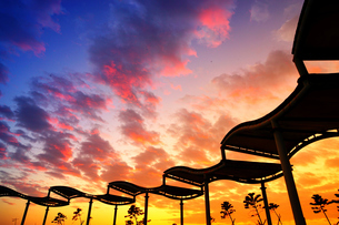 Silhouette crimson clouds at sunriseの写真素材 [FYI02345661]