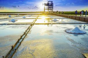 Salt evaporation pondの写真素材 [FYI02345799]