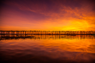 sunset of U Bein Bridgeの写真素材 [FYI02345917]