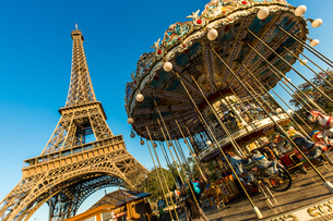 Eiffel tower and merry-go-roundの写真素材 [FYI02346018]