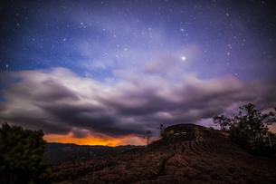 Starry night;Qiangui Mountain;Lijiang;Chinaの写真素材 [FYI02347252]