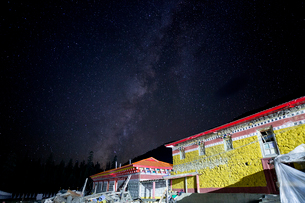 Yarchen Gar at the Starry nightの写真素材 [FYI02347274]