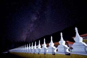 Yarchen Gar under the starry nightの写真素材 [FYI02347291]