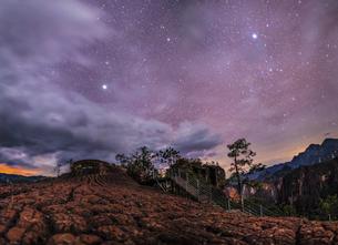 Starry night;Qiangui Mountain;Lijiang;Chinaの写真素材 [FYI02347378]