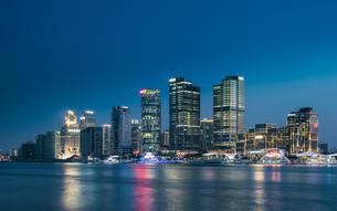 Metropolitan area city skyline; Shanghai; Chinaの写真素材 [FYI02347420]