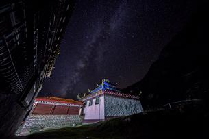 Yarchen Gar against the Starry nightの写真素材 [FYI02347498]