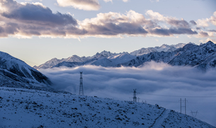 White world. Zheduo Mountain in the sea of mist and sunlight shadow through white cloud with snowy rの写真素材 [FYI02347621]