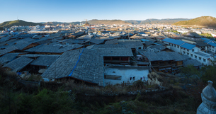 Overview of the ancient city; Dukezong Ancient Town; Shangri-La City; Yunnan; Chinaの写真素材 [FYI02347660]