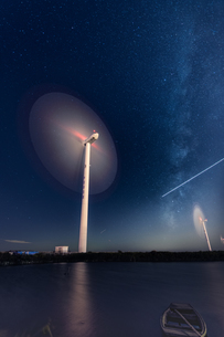 Wind power against the starry night with the shooting starの写真素材 [FYI02347669]