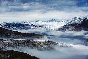Overlooking of Zimei in the sea of mist; cloud; skyの写真素材 [FYI02347736]