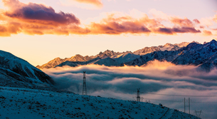 Zheduo Mountain in the sea of mist and sunlight shadow through white cloud with snowy roadの写真素材 [FYI02347772]