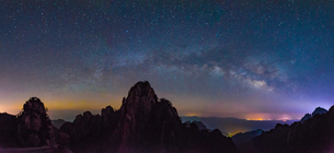 Mount Huangshan at the starry nightの写真素材 [FYI02348004]