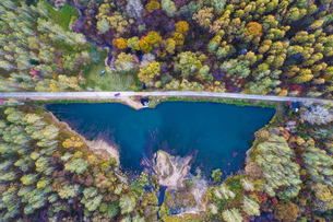 Birds eye view of the lake in the middle of the forestの写真素材 [FYI02348090]