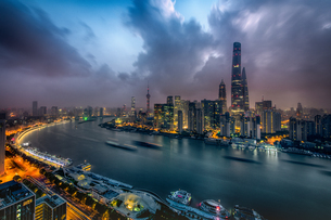 Overlooking of Shanghai China at the night with mixed atmosphereの写真素材 [FYI02348253]