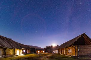 Starry night above the cabins in Hemu Village;Xinjiang;Chinaの写真素材 [FYI02348269]