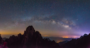 Mount Huangshan at the starry nightの写真素材 [FYI02348353]
