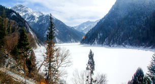 Winter in Jiuzhai,Sichuan,Chinaの写真素材 [FYI02348902]