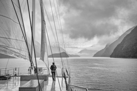 Person travel by the ship;New Zealandの写真素材 [FYI02349099]