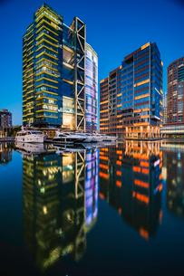 Modern building reflection; Shanghai Chinaの写真素材 [FYI02349139]
