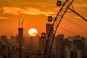 Silhouette of Ferris wheel; Sky Ring; Shanghai; Chinaの写真素材 [FYI02349251]