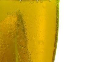 グラスの中のレモンの写真素材 [FYI02350024]