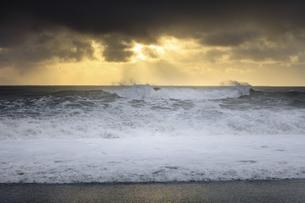 Black Beach Waves in Icelandの写真素材 [FYI02350045]